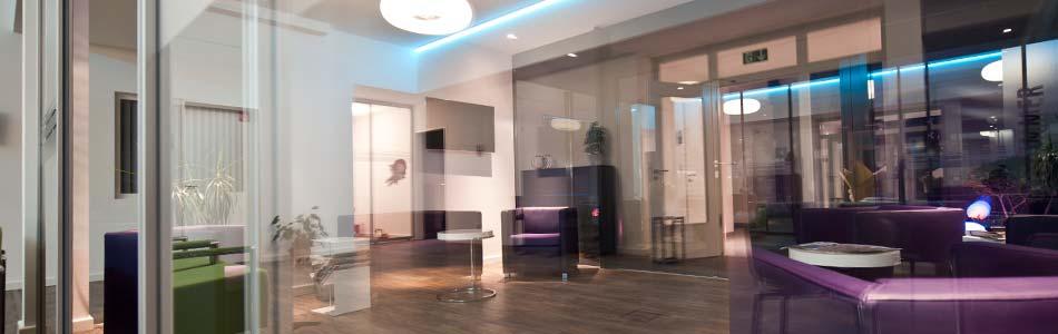 Ein Bild der Räumlichkeiten der VasiClinic mit abendlicher Lichtstimmung